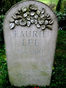 """LaurieLeeHeadstone"" by Jongleur100 - Source: Wikipedia"